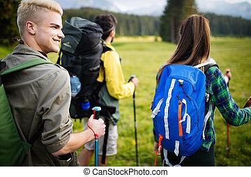 gruppe freunde, ar, wandern, in, mountain., junge leute, gehen, durch, countryside.