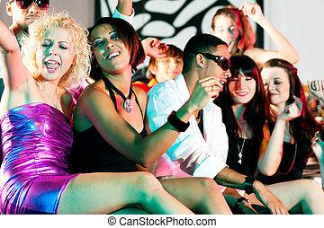 gruppe freunde, in, nachtclub