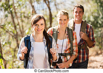 gruppe freunde, wandern, in, herbst, berg