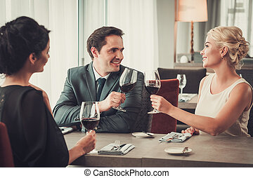 gruppe, gasthaus, leute, wohlhabend, clinking brille, rotwein