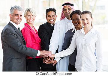 gruppe, geschäft mannschaft, zusammen, ihr, setzen, hände