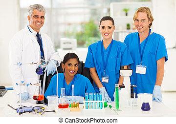 gruppe, i, medicinsk, teknikere laboratorium.