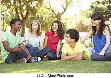gruppe jugendliche, plaudern, zusammen, park