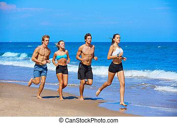 gruppe jungen leuten, rennender , in, der, sandstrand