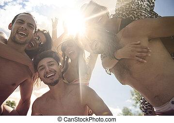 gruppe jungen leuten, strand