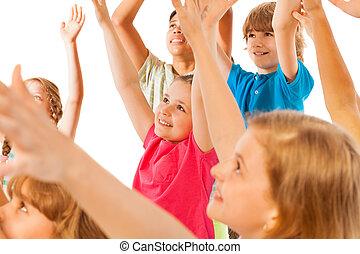 gruppe kinder, aufgehen, hand, mit, fokus, auf, kleines mädchen