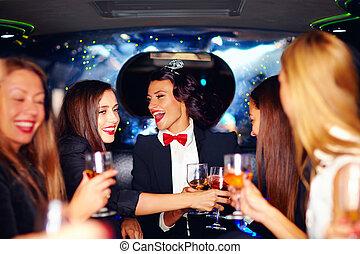 gruppe, limousine, elegant, frauen, klirren, party, henne, glücklich, brille