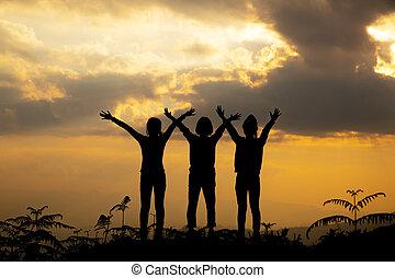 gruppe, silhouette, sonnenuntergang, sommerzeit, m�dchen, spielende , hügel, glücklich