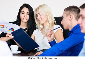 gruppe, sitting., büroleute, junger, versammlung
