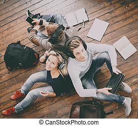 gruppe, studenten, notizbücher, schreibende, buecher, lesende