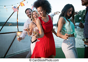 gruppe, tanzen zusammen, party, lächeln, friends