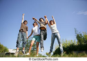 gruppe, teenagere, luft, springe, hånd ind hånd