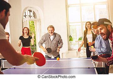 gruppe, tennis, ping, junger, tisch, gestank, friends, spielende , glücklich
