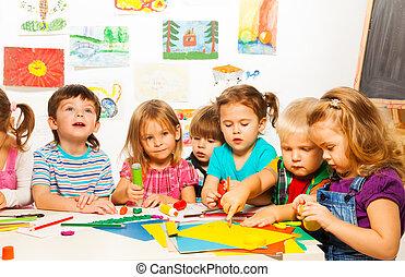 gruppe, von, 6, kinder, auf, kreativ, klasse