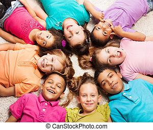 gruppe, von, acht, glücklich, kinder, in, sternform