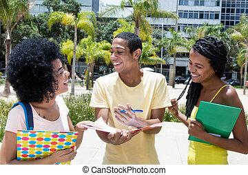 gruppe, von, afrikanischer amerikaner, studenten, in, diskussion