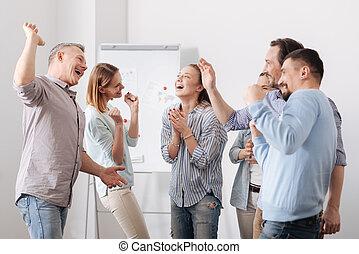 gruppe, von, büroangestellte, ausdrückend positivity, nach, teambuilding