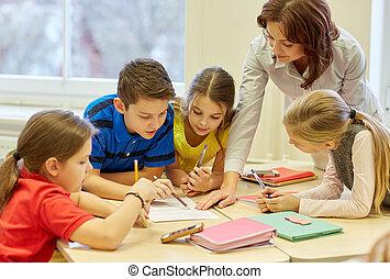 gruppe, von, bilden kinder, schreibende, pr�fung, in, klassenzimmer