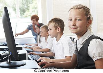 gruppe, von, elementar, pupillen, in, computerklasse, mit, lehrer
