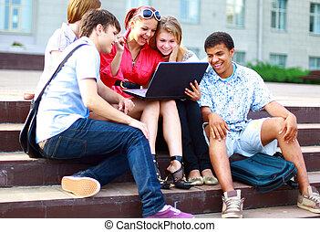 gruppe, von, fünf, studenten, draußen, sitzen schritten