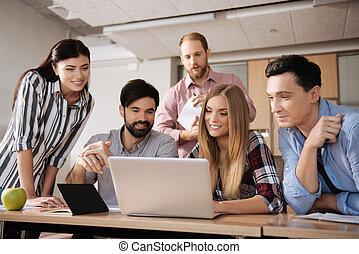 gruppe, von, feundliches , kollegen, während, arbeitend zusammen