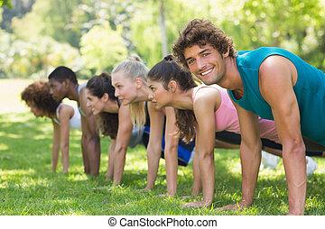 gruppe, von, fitness, leute, machen, schieben, ups, park