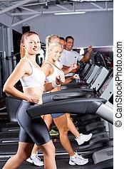 gruppe, von, fitness, leute, rennender , auf, tretmühle
