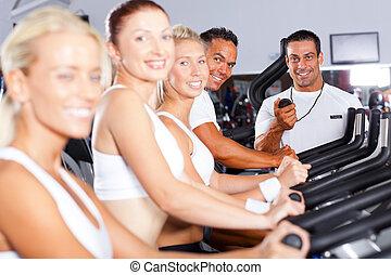 gruppe, von, fitness, leute, und, trainer, in, turnhalle