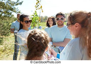 gruppe, von, freiwilligenarbeit, mit, baum, sämlinge, park