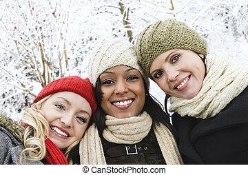 gruppe, von, freundinnen, draußen, in, winter