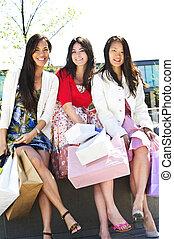 gruppe, von, freundinnen, shoppen