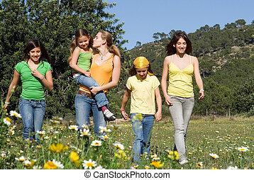 gruppe, von, gesunde, mädels, oder, schwestern, gehen, in, landschaft