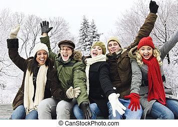 gruppe, von, glücklich, friends, draußen, in, winter