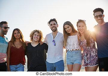 gruppe, von, glücklich, friends, stehende , zusammen, in, sonnenlicht