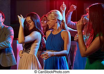 gruppe, von, glücklich, friends, tanzen, in, nachtclub