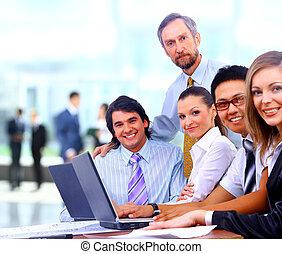 gruppe, von, glücklich, geschäftskollege, in, a, versammlung, zusammen, an, buero
