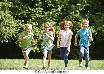 gruppe, von, glücklich, kinder laufend, gegen, fotoapperat, durch, feld