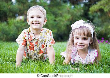 gruppe, von, glücklich, kinder, liegen, auf, grünes gras, draußen, in, fruehjahr, park