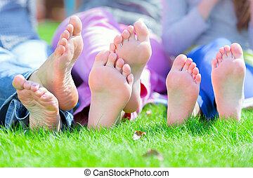 gruppe, von, glücklich, kinder, liegen, auf, grünes gras, park