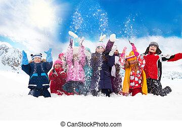 gruppe, von, glücklich, kinder, werfen, schnee