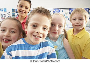 gruppe, von, hauptsächlich, schulkinder, in, klassenzimmer