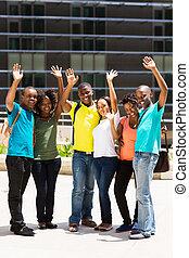 gruppe, von, hochschulstudenten, winkende