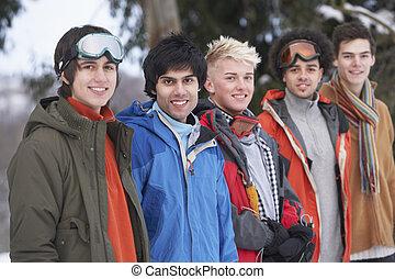 gruppe, von, jugendlich, friends, in, verschneiter , winterlandschaft