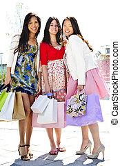 gruppe, von, junger, freundinnen, shoppen