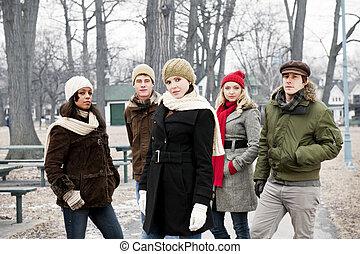 gruppe, von, junger, friends, draußen, in, winter