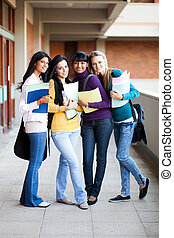 gruppe, von, junger, hochschule, mädels, volles längenporträt