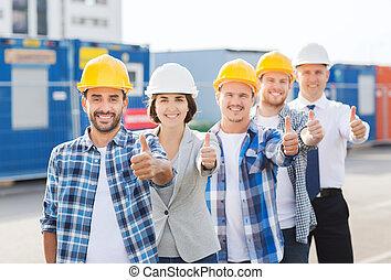 gruppe, von, lächeln, erbauer, in, hardhats, draußen