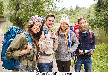gruppe, von, lächeln, friends, mit, rucksäcke, wandern
