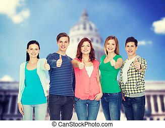 gruppe, von, lächeln, studenten, ausstellung, daumen hoch