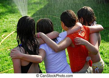 gruppe, von, mädels, und, sprinkler